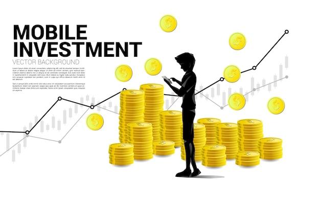 Uomo di sagoma vettoriale con telefono cellulare e pila di monete da un dollaro. concetto di investimento di successo e investimento di denaro.