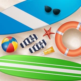 Illustrazione di vacanza estiva di vettore con pallone da spiaggia, foglie di palma, tavola da surf sulla spiaggia di sabbia.