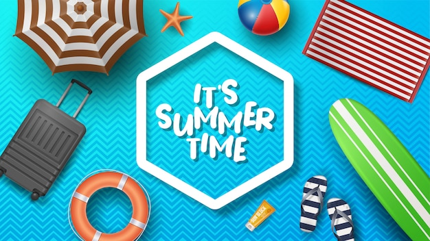 Illustrazione di vacanza estiva di vettore con beach ball, foglie di palma, tavola da surf e tipografia lettera sul modello. Vettore Premium