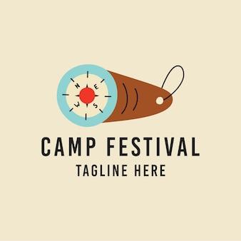 T-shirt design vettoriale con bussola e slogan qui iscrizione di esempio creata per il festival del campo