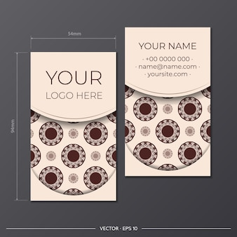 Modello vettoriale per la progettazione di stampa di biglietti da visita in colore beige con motivi lussuosi. preparare un biglietto da visita con un posto per il testo e un ornamento astratto.