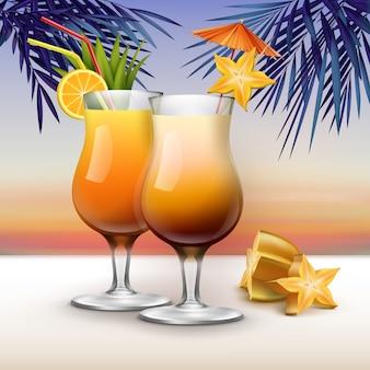 Vector cocktail tropicali guarniti con starfruit, fette d'arancia, tubi di paglia rossi, gialli e ombrello rosa su sfondo tramonto con foglie di palma