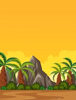 Scena della natura verticale o paesaggio di campagna con vista sulle palme e vista sul cielo al tramonto giallo