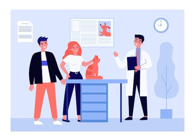 Veterinario esaminando gatto nel suo ufficio