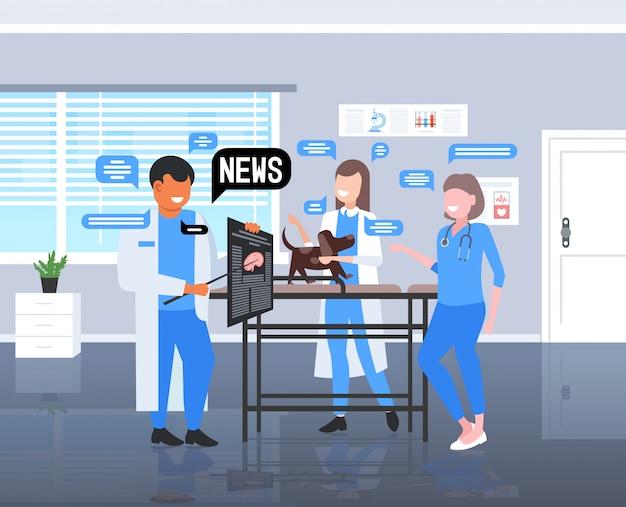 Veterinari in chat durante la riunione del team di medici che discutono del concetto di comunicazione della bolla di chat di notizie quotidiane. clinica veterinaria interno figura intera orizzontale illustrazione