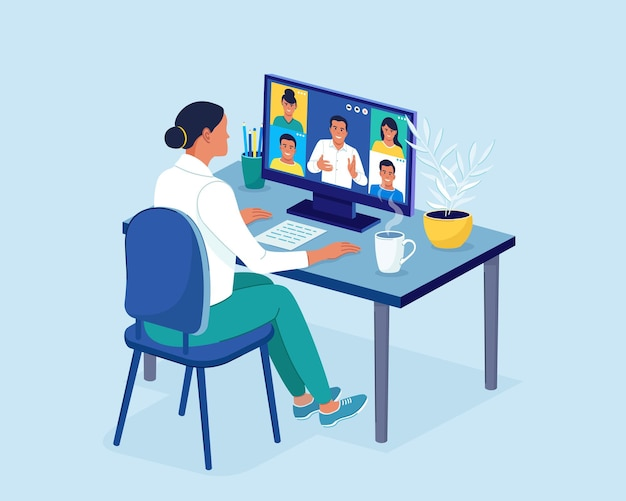 Videoconferenza i colleghi parlano tra loro sullo schermo del laptop. videochiamata in conferenza che lavora dall'area di lavoro della riunione online da casa