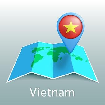 Mappa del mondo di bandiera del vietnam nel pin con il nome del paese su sfondo grigio