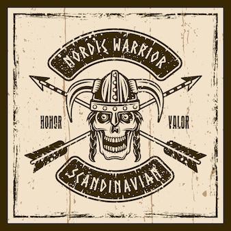 Teschio vichingo in elmo cornuto vettoriale emblema marrone, etichetta, distintivo o stampa t-shirt su sfondo con texture grunge