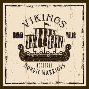 Emblema, etichetta, distintivo o maglietta marrone di vettore della nave a vela dei vichinghi stampata su sfondo con texture grunge