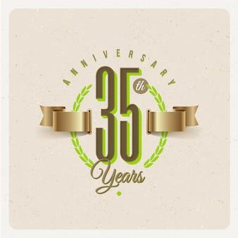 Emblema d'anniversario dei trentacinque anni vintage con nastro dorato e corona d'alloro - illustrazione