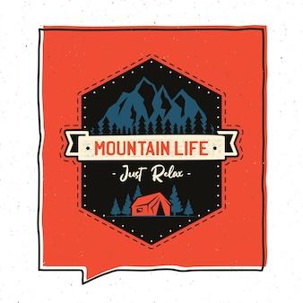 Disegno dell'illustrazione del distintivo di avventura dell'annata. emblema di mountain life con scena di campeggio, tenda. toppa insolita in stile hipster. vettore di riserva.