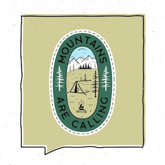 Disegno dell'illustrazione del distintivo di avventura dell'annata. emblema all'aperto con tenda, montagne e testo - le montagne stanno chiamando. toppa insolita in stile hipster. vettore di riserva.