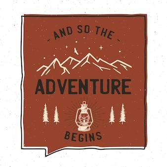 Disegno dell'illustrazione del distintivo di avventura dell'annata. illustrazione all'aperto con lanterna da campo, montagne e testo - e così inizia l'avventura. toppa insolita in stile hipster. vettore di riserva.