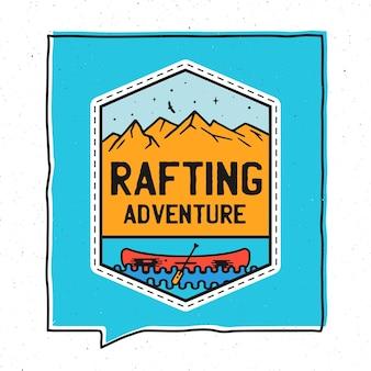 Disegno dell'illustrazione del distintivo di avventura dell'annata. illustrazione all'aperto con canoa, montagne e testo - avventura di rafting. toppa insolita in stile hipster. vettore di riserva.