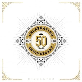 Emblema di logo vintage anniversario con fiorisce elementi ornamentali calligrafici.- illustrazione