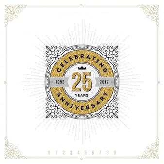 Emblema di logo vintage anniversario con fiorisce elementi ornamentali calligrafici.- illustrazione Vettore Premium
