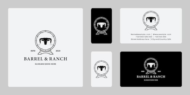 Design del logo vintage barile ranch con bufalo longhorn, logo mucca.