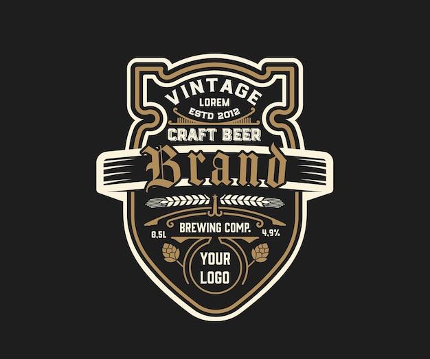 Modello di etichetta di birra vintage con luppolo.