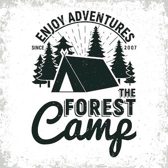 Design vintage logo campeggio o turismo, timbro con stampa grange, emblema di tipografia creativa