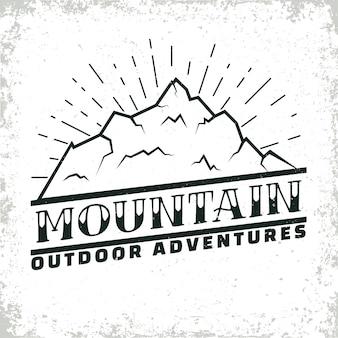 Design del logo vintage campeggio o turismo