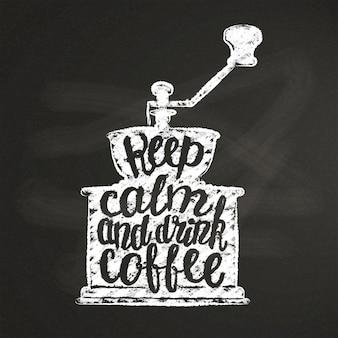 Sagoma di macinacaffè vintage con scritte mantieni la calma e bevi caffè sulla lavagna.