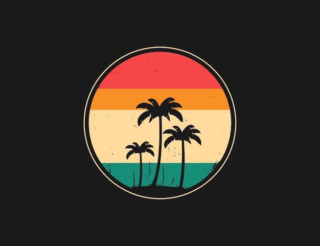 Logo rotondo vintage, colorato e retrò con silhouette di palme su sfondo nero