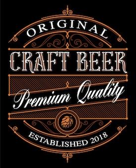 Modello di etichetta di birra artigianale vintage sullo sfondo scuro.