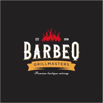 Emblema del barbecue vintage grill con forchetta incrociata e logo con fiamma di fuoco
