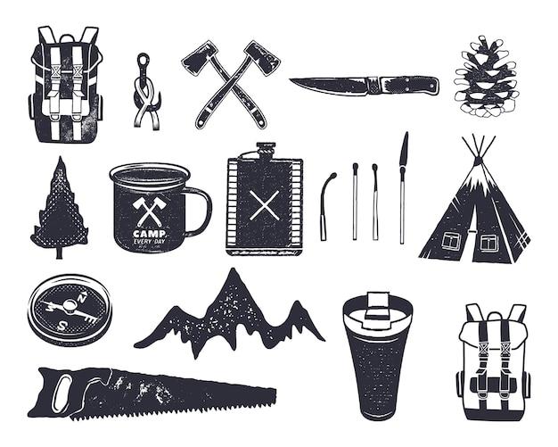 Escursioni d'avventura disegnate a mano vintage, forme da campeggio di zaino, sega, montagna, fiammiferi, albero, coltello, tazza termica e altri. design retrò monocromatico. può essere utilizzato per magliette, stampe. vettoriali stock