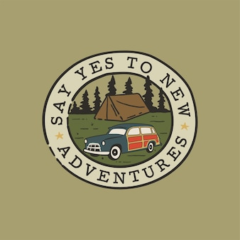 Toppa con logo campeggio disegnata a mano vintage con auto da campo, paesaggio forestale.
