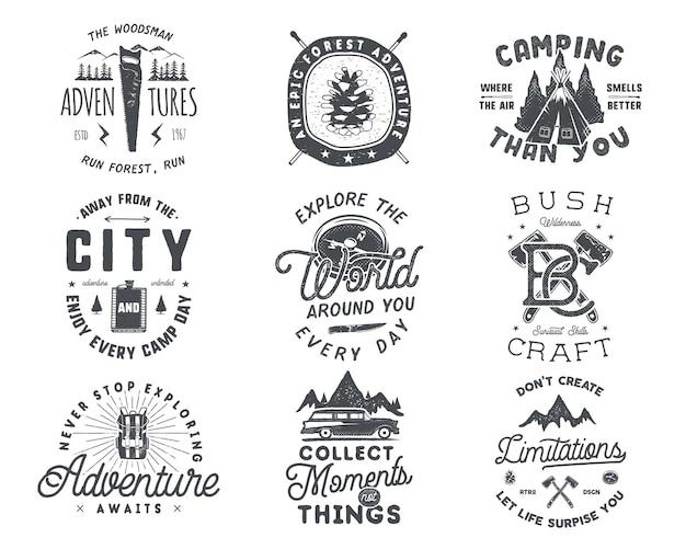 Distintivo da viaggio vintage disegnato a mano e set di emblemi. etichette per escursionismo. loghi di ispirazione avventura all'aria aperta. stile retrò di tipografia. citazioni motivazionali per stampe, magliette. disegno vettoriale d'archivio.