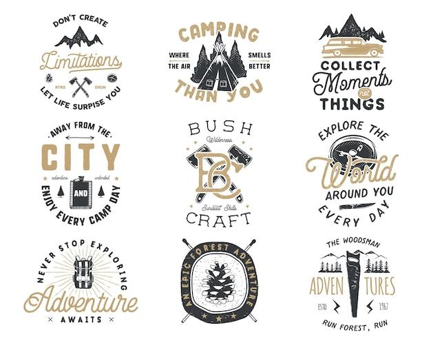 Distintivo da viaggio vintage disegnato a mano e set di emblemi. etichette per escursionismo. loghi di ispirazione avventura all'aria aperta. stile retrò di tipografia. citazioni motivazionali per stampe, magliette, tazze da viaggio. disegno vettoriale d'archivio.