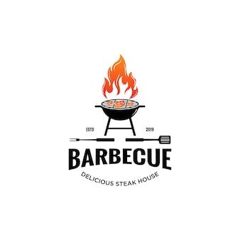 Vintage hipster grill barbeque invito festa barbecue barbecue con spatola a forcella incrociata e fuoco fiamma logo design