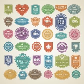 Etichette e distintivi vintage con elementi tipografici retrò