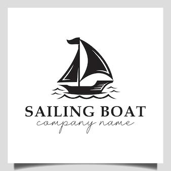 Loghi vintage di barca a vela, yacht, silhouette di dhow in legno nave disegno vettoriale sul mare per vacanza logo design