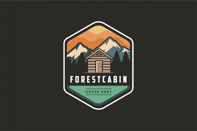 Logo dell'emblema all'aperto moderno d'annata con mountain view e casa della cabina in foresta