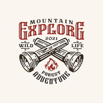 La montagna monocromatica vintage esplora l'etichetta del logo con le torce incrociate isolate
