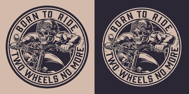 Distintivo rotondo monocromatico per moto d'epoca con scritte e scheletro nel casco da motociclista in sella a una moto
