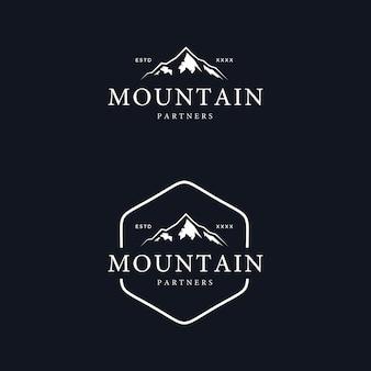 Illustrazione d'annata di vettore di progettazione di logo del distintivo della montagna