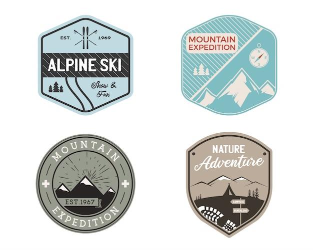 Set di loghi distintivi di sci di montagna vintage, adesivi di avventura in montagna. pacchetto di emblemi disegnati a mano. sci, etichette di spedizione di viaggio. disegni per escursioni all'aperto.