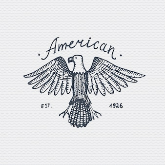 Vintage vecchio logo o badge, etichetta incisa e vecchio stile disegnato a mano con aquila calva selvaggia