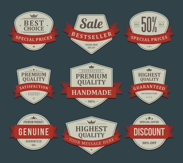 Etichette di prodotti promozionali vintage. gli adesivi sgualciti hanno sbiadito la vecchia carta nell'ornamento del nastro rosso.