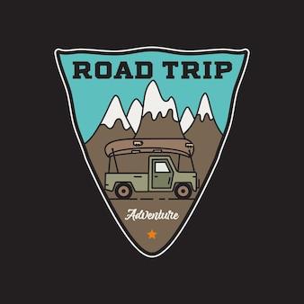 Disegno dell'illustrazione dell'autoadesivo del distintivo di avventura di viaggio su strada dell'annata logo del campeggio all'aperto con montagna, camper. emblema di viaggio retrò. Vettore Premium