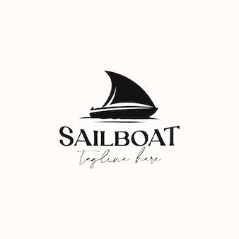Modello di logo vintage hipster barca a vela isolato in sfondo bianco