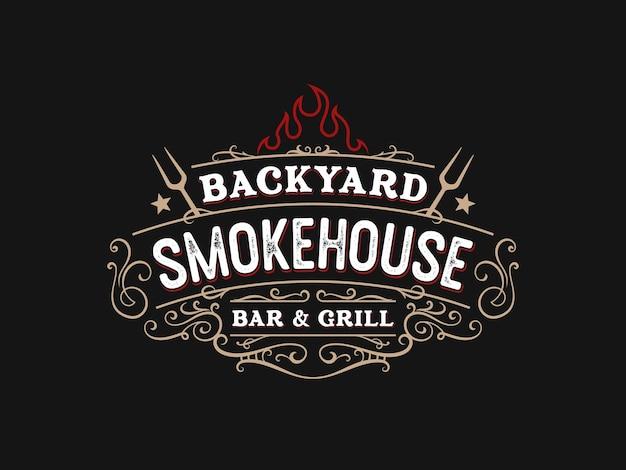 Vintage affumicatoio bbq barbecue barbecue bar e grill logo design con forchetta e fuoco