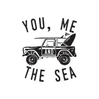 Design vintage con stampa logo surf per t-shirt e altri usi. tu, io e la tipografia del mare citiamo la calligrafia e l'icona dell'auto da surf. emblema di patch grafico estivo disegnato a mano insolito. vettore di stock isolato.