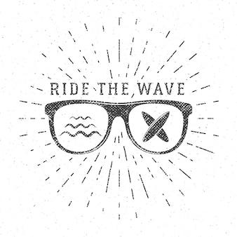 Grafica e poster vintage per il surf per il web design o la stampa. emblema degli occhiali da surfista, logo della spiaggia estiva. distintivo di surf. sigillo della tavola da surf, elemento imbarco estivo. cavalca le insegne hipster dell'onda