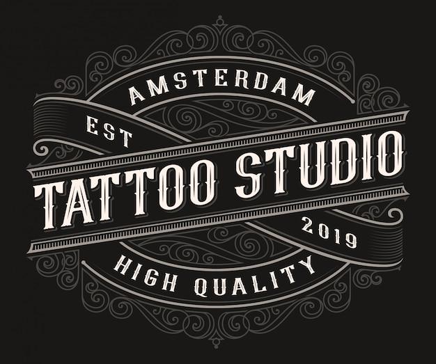 Disegno di marchio del tatuaggio vintage sullo sfondo scuro.