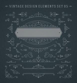 Vignette d'epoca turbinii ornamenti decorazioni elementi di design impostato sulla lavagna