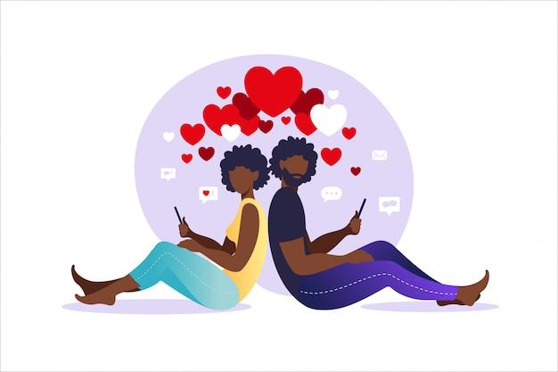Relazioni virtuali. incontri online. africano uomo e donna innamorata. coppia seduta schiena contro schiena con gli smartphone. illustrazione, stile piatto.